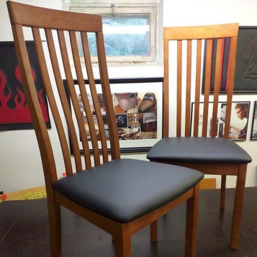 Ruokapöydän tuolit verhoiltiin mustalla nahalla.