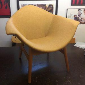 marketta tuoli verhoiltu sinapinkeltaisella verhoilukankaalla